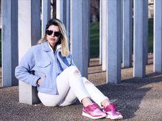 """Pensa em um tênis perfeito? Sério é o tênis mais lindo da vida de veludo rosa!  Ele é da @olympikus! Os tênis realmente saíram das academias para compor looks fashionistas e eu amo essa tendência! Esse modelo que estou usando é o Lush todo feito de veludo super tendência. Chega nas lojas a partir de Março! Fashion confortável e cool. Tem outras cores e o azul marinho também é maravilhoso! """" #Olympikus #fhitslondon @fhits #OlympikusClassicos #OlympikusLush."""