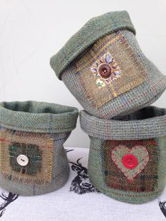 Tweed fabric basket - Jane at Home - Tweed fabric basket Little handmade wool tweed baskets or plant pot covers Small Sewing Projects, Sewing Hacks, Sewing Tutorials, Sewing Crafts, Wool Applique Patterns, Fabric Bowls, Tweed Fabric, Creation Couture, Fabric Gifts