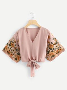 Hem knotted - Boho Floral Top Regular Fit V Neck Three Quarter Length Sleeve Pullovers Pink Crop Length Floral Print Sleeve Knot Hem Blouse Girls Fashion Clothes, Teen Fashion Outfits, Fashion Dresses, Fashion Women, Cheap Fashion, Fashion Trends, Schneider, Cute Casual Outfits, Floral Outfits