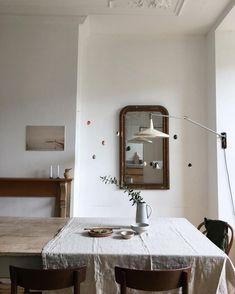 Wooden table, white walls, and vintage mirror Piece A Vivre, Interiores Design, Home Decor Inspiration, Design Inspiration, Cozy House, White Walls, Home Remodeling, Interior And Exterior, Interior Decorating