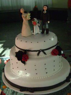 Bolo de casamento branco e preto.
