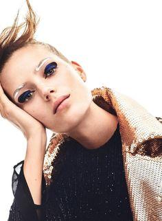 Esther Heesch wears graphic eye makeup look