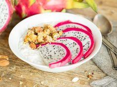 Kokos-Smoothie-Bowl mit Quinoa Crispies und Drachenfrucht