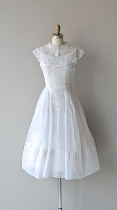 Imagine wearing this in the summer to a grassy sunlit field or to see the sunrise or sunset on the beach! Old Dresses, 1940s Dresses, Flapper Dresses, 1940s Fashion, Vintage Fashion, Club Fashion, Edwardian Fashion, Antique Clothing, Historical Clothing