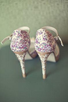 Trendy Wedding, blog idées et inspirations mariage ♥ French Wedding Blog: Shoe friday : raphia rebrodé et petites fleurs