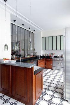 Faire une cuisine ouverte : pourquoi c'est une mauvaise idée - CôtéMaison.fr / Verrière esprit bistrot chic / Cuisine semi-ouverte