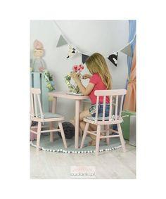 DREWNIANE KRZESEŁKA KRZESEŁKO DLA DZIECI VINTAGEUrocze krzesełkado pokoju dziecięcego.Stabilna i mocna konstrukcja. Wygodne dla dzieci. Krzesełka są w całości wykonane z drewna sosnowego i olchowego. Odpowiadają normom i standardom mebli dla dzieci. Kolorykolor: biały, mięta, róż lub szary. Nóżki mogą pozostać w naturalnym kolorze. Kresełka są przeznaczone dla dzieci w wieku od 2 do 6 lat. Można dokupić idealnie pasującySTOILKkrzesło z uszami, komplet krzesełko królik, krzesełka ze…