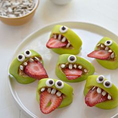 Healthy Halloween treats yep, it's that time of year again! And let's face it, trick or treating really doesn't lend itself to healthy eating does it? So we've been on the hunt for some Healthy Halloween treats and have TOTALLY… Halloween Snacks For Kids, Fete Halloween, Halloween Crafts, Halloween Recipe, Spooky Halloween, Halloween Foods, Halloween Ideias, Halloween Celebration, Halloween Apples