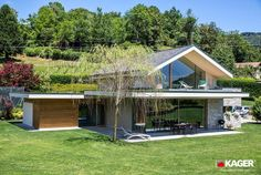 Fotogallery casa in legno Novara - Kager Italia Modern Glass House, Modern House Design, House Structure Design, Flat Roof House, Hillside House, Building A New Home, Architect House, Luxury Homes Interior, Ideal Home