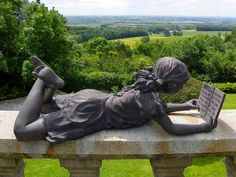 La Liseuse, à Cassel (Nord, Pays des Moulins de Flandre) : Sculpture contemporaine située dans le jardin de l'hôtel 4* La Châtellerie de Schoebeque