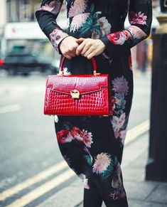 The ultimate chic touch with bag. Signature Collection, Hermes Kelly, Luxury Branding, Luxury Homes, Singapore, Luxury Fashion, Chic, Celebrities, Leather