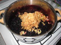VLIERBESSENJAM. 4 kg. bessen, 1 kg, appels, 250 gr. geleisuiker ( of meer ), sap van 4 citroenen en 2 sinasappels. Bron: Alfred Dirk op FB.