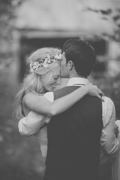 Kiss on forehead -- for more couples photography, visit my board http://pinterest.com/davidos193/le-couple/