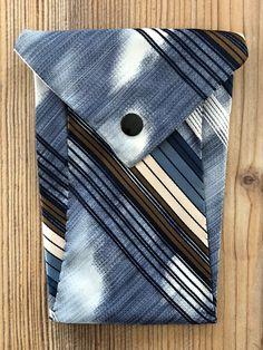 Tunella's Geschenkeallerlei präsentiert: Krawattentascherl - Wenn poppige Krawatten den Zweck ihrer ersten Bestimmung erfüllt haben, kann man ihnen zu neuen Aufgaben verhelfen - groovy, baby... #tunellasgeschenkeallerlei #näherei #krawattentasche #handgemacht Wallet, Cards, Baby, Accessories, Ties, Yarn And Needle, Bags, Gifts, Maps