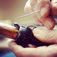 Travail du #cuir: finition de la #tresse #artisanat #paysbasque Leather Working, Basque Country, Braid, Handicraft, Bricolage