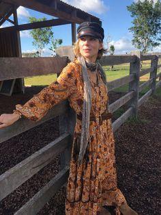 Obvious Reasons Why I Love Summer Holidays - Elsa Pataky Confidential Gypsy Style, Boho Gypsy, Boho Hippie, My Style, Elsa Pataky, Boho Inspiration, Pleated Midi Skirt, Surf, Hollywood