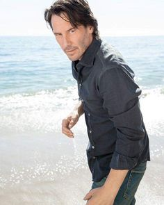 Great picture of Keanu Reeves at Beach photo shoot Keanu Reeves John Wick, Keanu Charles Reeves, Keanu Reeves Quotes, Keanu Reaves, Little Buddha, Actrices Hollywood, Raining Men, Manado, Gorgeous Men