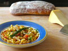 Le pasta e fagioli (pâtes et haricots) est à l'origine un plat de pauvre sans viande (cucina povera) comme la pizza et la polenta.