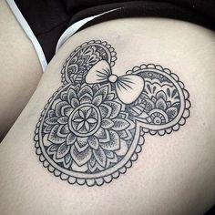 Nettes schwarzes Minnie Maus Tattoo am Oberschenkel mit ornamentalen Blumen