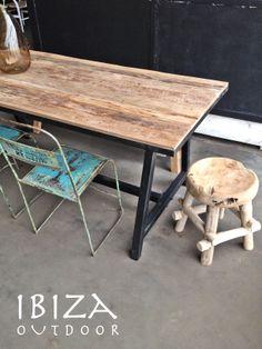 Deze tafel is naar een mooi huis gegaan in Dordrecht, grof teakhouten blad met ijzeren frame, zal erg mooi staan in deze woonkamer. Bij interesse graag even mailen naar ibizaoutdoor@gmail.com ook voor een afspraak in de loods. Gr Mees