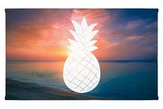 Gäste Handtuch Ananas aus Kunstfaser  Natur - Das Original von Mr. & Mrs. Panda.  Das wunderschöne Gästehandtuch von Mr. & Mrs. Panda wird liebevoll von uns bedruckt und hat die Größe 30x50 cm.    Über unser Motiv Ananas  Die Ananas ist eine ganz besondere und wunderschöne tropische Frucht. Sie ist einzigartig anzusehen und besticht durch ihre außergewöhnliche Form, Farbe und natürlich durch den süß-sauren Geschmack.    Verwendete Materialien  Die verwendete sehr hochwertige Kunstfaser ist…
