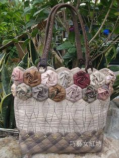 How to make Twirled roses Quilted Tote Bags, Patchwork Bags, Home Crafts, Diy And Crafts, Japanese Bag, Sashiko Embroidery, Flower Bag, Denim Crafts, Diy Handbag