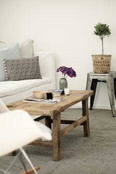 Prachtig, die combinatie van sereen wit, robuust hout en verweerd ijzer.. En dan nog van die knuffelbare kussens!