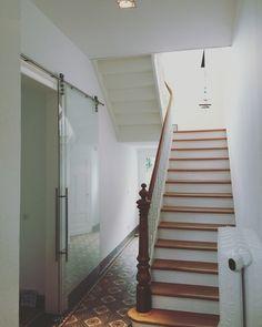 #aprikari #altbau #treppe #stairs #deltalight #glastüre #glasschiebetüre
