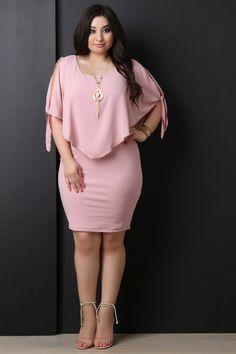 vetement pour femme ronde en rose bonbon, deux pièces, top asymétrique en forme de triangle, mini jupe moulante