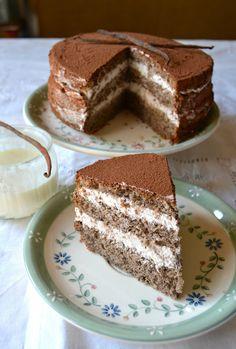 Torta con farina di grano saraceno con mousse allo yogurt e panna