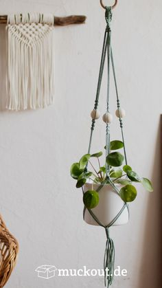 Most up-to-date Photo Macrame diy plant hanger Ideas Plants For Hanging Baskets, Macrame Plant Hangers, Diy Hanging Planter Macrame, Hanging Plant Diy, Macrame Plant Hanger Patterns, Free Macrame Patterns, Macrame Mirror, Hanging Flower Pots, Macrame Plant Holder