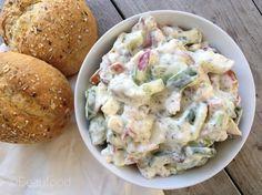 Zin in een lekker smeerseltje? Ik hoef je niet te vertellen dat de salades voor op brood uit de winkel vol zitten met stoffen die er niet persé in hoeven. Natuurlijk wil de supermarkt niet na drie dag