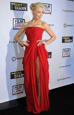 Um dos mais bonitos vestidos vermelho.