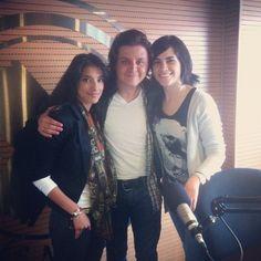 Heisel Mora (izquierda) junto a Alejandro y Maria Elisa Ayerbe (derecha), para la entrevista a Amanda Palmer.