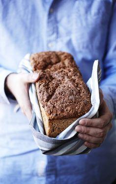Giv dig i kast med rugbrødsbagningen, for med denne opskrift på mørkt kernerugbrød vil det lykkes dig at bage saftige, grove brød - hver eneste gang!