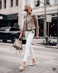 Jackets are one of my favorite things to buy during the fall/winter season. One of my favorite jackets to date, is this Blanknyc suede moto jacket. Looks Com Jeans Skinny, Jeans Skinny Branco, White Skinny Jeans, White Skinnies, White Pants, Outfit Jeans, Leather Jacket Outfits, Suede Moto Jacket, Mode Outfits