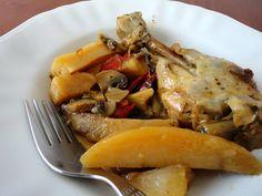 Υλικά:  1 κοτόπουλο κομμένο στα 8 4-5 πατάτες καθαρισμένες και κομμένες κυδωνάτες 5-6 μανιτάρια λευκά agaricus κομμένα σε φετούλες 2 καρότα κομμένα σε ροδέλες 1 πιπεριά Φλωρίνης κομμένη σε μπαστουνάκια