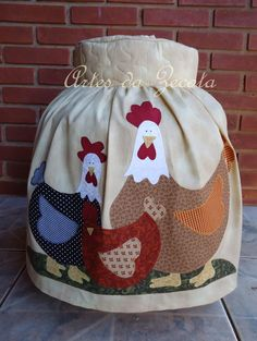 Capa de botijao  de gás de galinha                                                                                                                                                                                 Mais Sewing Crafts, Sewing Projects, Chicken Quilt, Cute Aprons, Tea Cozy, Patch Quilt, Soft Furnishings, Crafts To Make, Sewing Patterns