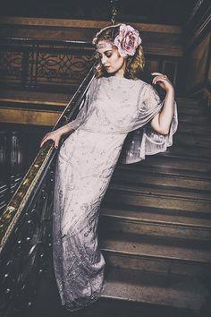 Was für ein traumhaft schönes Bild von Victoria von Vintagemaedchen.de. Foto: Nóirin Lyra, Kleid: Frock&Frill, Headpiece: Seegang Berlin