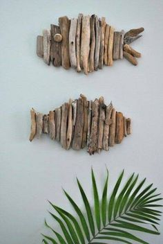 Driftwood Fish Tutorial Don't you just love driftwood projects? I just moved to the pacific northwest so I'm only about 30 minutes away from great places to find driftwood. Zoe from Creative in Chicago … Beach Crafts, Diy And Crafts, Arts And Crafts, Seashell Crafts, Simple Crafts, Simple Art, Rustic Wall Art, Rustic Walls, Beach House Decor