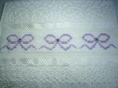 Marca: Karsten, 99% algodão e 1% viscose <br>Medida: 33 x 50cm <br>Cor: branca (melina) <br>Trabalho: Linha branca, pérolas e renda guipir <br>O bordado pode ser feito na cor que o cliente desejar <br>Cores de toalhas, branca e creme