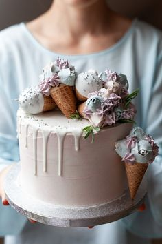 Stylish birthday cake, decorated with mini flower ice creams. Perfect inspiration for an elegant wedding, birthday or brunch party. Ice Cream Wedding, Cream Wedding Cakes, Country Wedding Cakes, Fall Wedding Cakes, Wedding Cake Designs, Wedding Cake Toppers, Cake Story, Alcohol Cake, Birthday Cake With Flowers