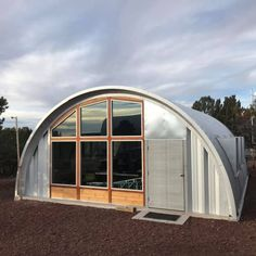 A modern twist for Quonset Hut Homes by Earl Parson and Clever Moderns. Quonset Hut Homes, Prefab Homes, Cabin Homes, Modular Homes, Small Cabin Plans, Cabin House Plans, Hut House, Dome House, House Floor