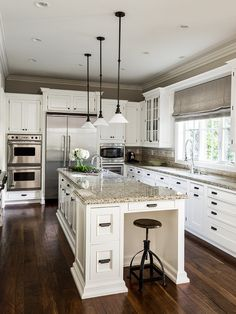 Absolutely ♡ this kitchen! Newport Beach - traditional - kitchen - los angeles - by L Design Interiors, white kitchen cabinets Kitchen Redo, New Kitchen, Kitchen Layout, Kitchen Colors, Kitchen Ideas, Kitchen Island, Kitchen Cabinets, Kitchen White, Dark Cabinets