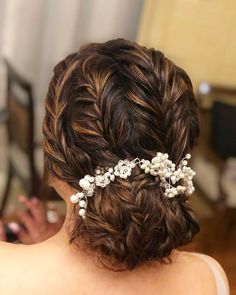 Book Best Bridal Makeup Artist in Jaipur at affordable price. At Shaadidukaan find the vast range of top Makeup Artists in Jaipur for wedding, sangeet and other parties. Bridal Hairstyle Indian Wedding, Bridal Hair Buns, Indian Bridal Hairstyles, Bride Hairstyles, South Indian Bride Hairstyle, Braided Bun Hairstyles, Latest Hairstyles, Easy Hairstyles, Office Hairstyles