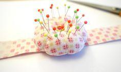 Kijk wat ik gevonden heb op Freubelweb.nl: een gratis patroon van Tea and a sewing machine om dit handige speldenkussen voor om je pols te maken https://www.freubelweb.nl/freubel-zelf/gratis-naaipatroon-speldenkussen/