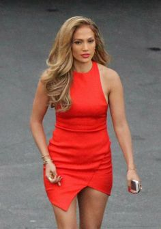 Punainen mekko istui Jenniferin päälle kuin valettu.