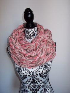 Sciarpa infinity arm knitting  col. cipria fuxia di Armonieinlilla