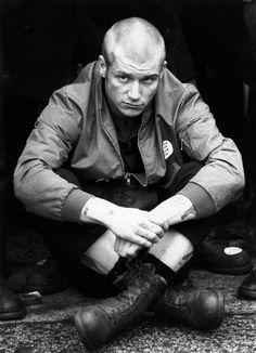 A skinhead sitting cross-legged during a British Movement rally in Notting Hill, London. Skinhead Men, Skinhead Boots, Skinhead Fashion, Skinhead Style, Skinhead Reggae, Skin Head, Rude Boy, New Romantics, Psychobilly