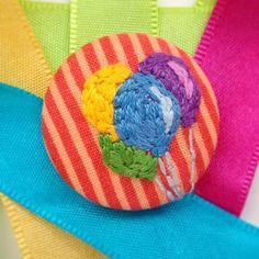 🎈 Quer um balão, George?  Encomendinhas pelo email botustore@gmail.com #bótu! #botuflutuante #botustore  #bexiga #balloon #bordado #embroidery #acessorios